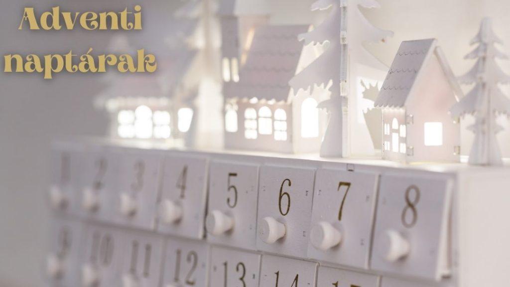 közelről fotózva fehér fa adventi naptár számozott kis rekeszei, adventi naptárak felirattal