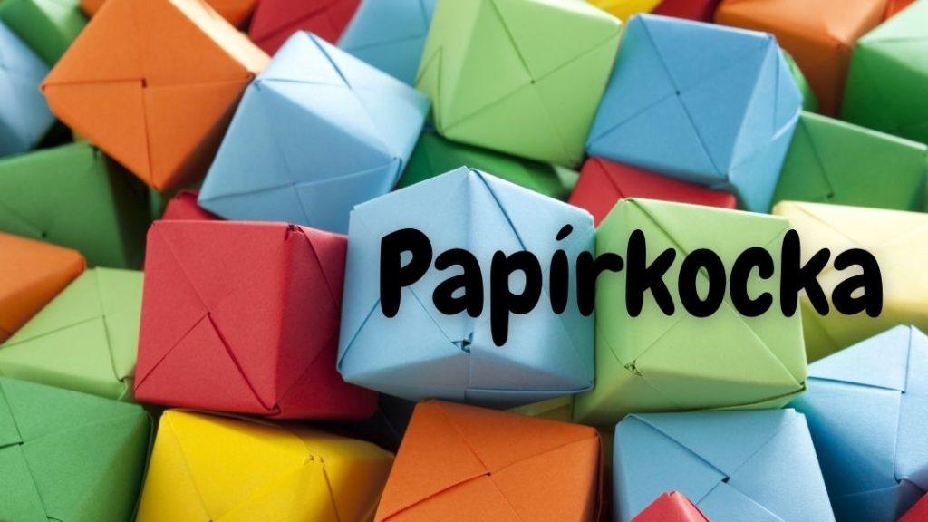 sok színes papírból hajtogatott origami kocka egy rakásban, rajta Papírkocka felirat